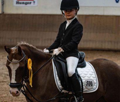 Mette Demmler und Letty  Wallbaum gewinnen Reiterwettbewerb in Rotenburg